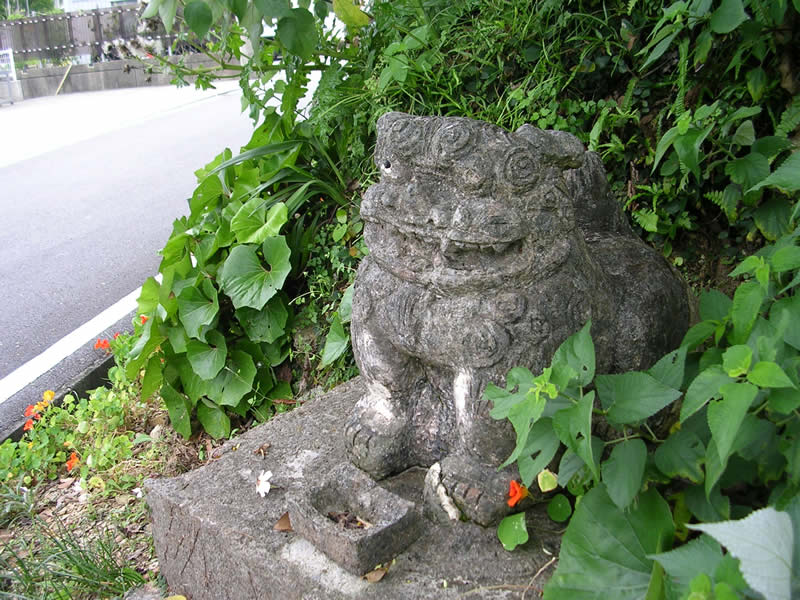 慶佐次の石獅子①