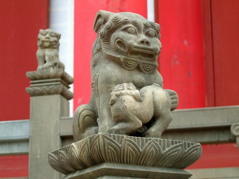 正殿前の石獅子