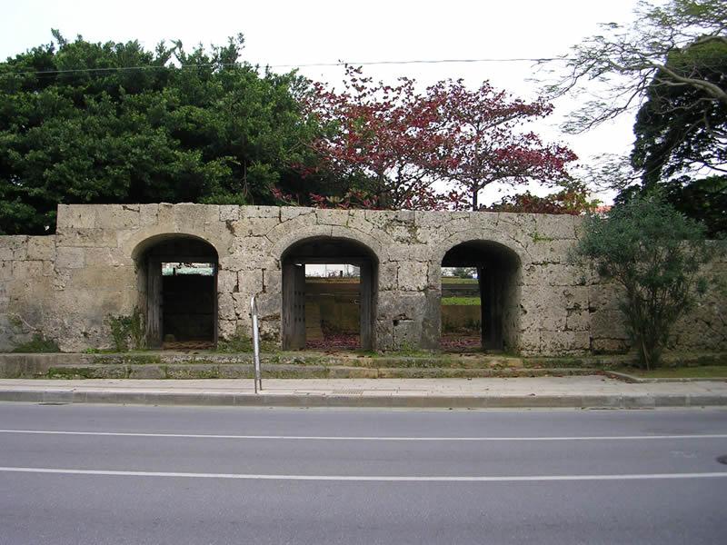 旧崇元寺第一門及び石牆